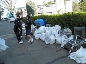 都川から回収した大量のゴミを片づける中学生たち